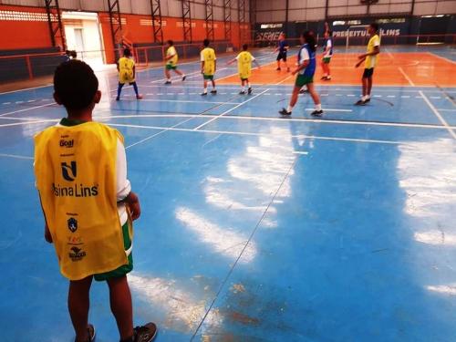 """b5e53dd671 Saiba os benefícios do esporte no desenvolvimento social das crianças  assistidas pelo programa """"Bola Bacana"""